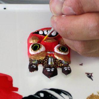 粘土作品に色を塗る
